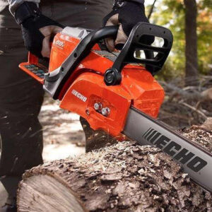 arbolist working with chainsaw